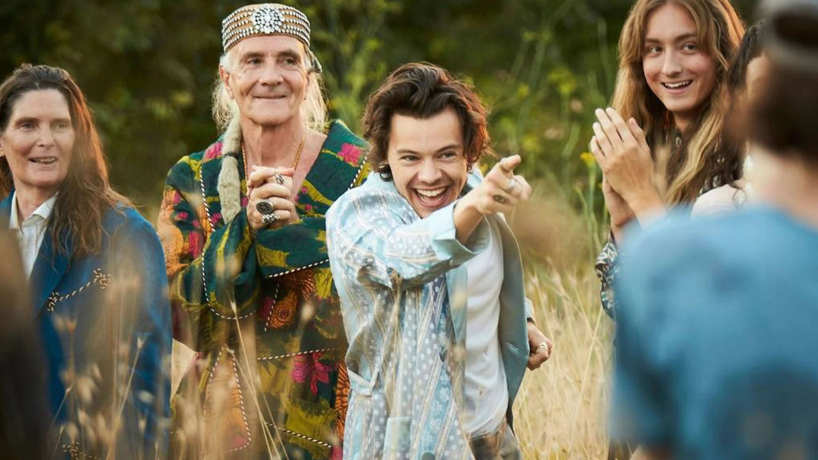 Harry Styles aparece em campanha da nova fragrância da Gucci